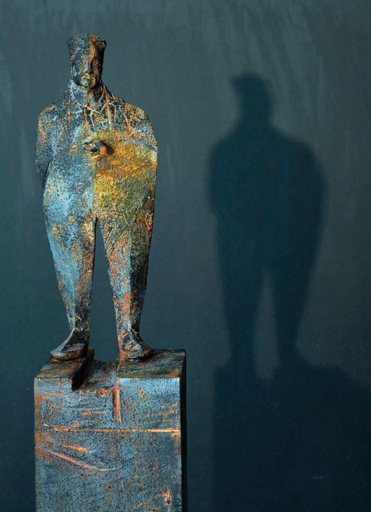 Wilhelm Senoner, Man with cigar 2019, 152 cm tall, including pedestal tiglio ,acrilici and terre